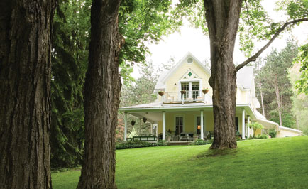 Bellaire B&B offers inspiring backyard gardens, rooms in its historic main house and carriage house, and is a quick stroll from downtown Bellaire.